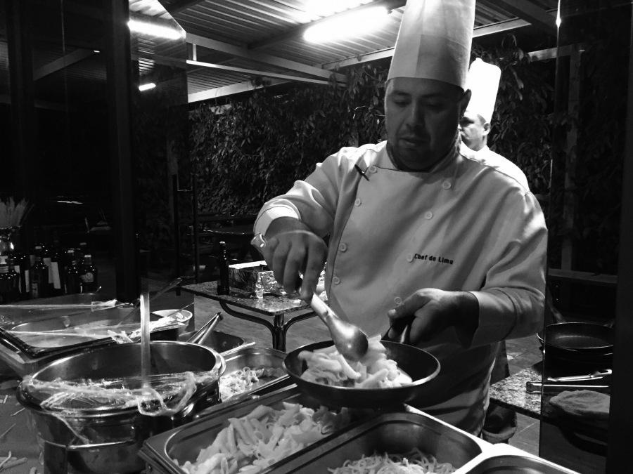 Cheff De Lima no preparo dos pratos.jpg