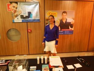Ângela Lazzerini mostra produtos da linha dermocosmética Eau Thermale Cataratas durante evento.
